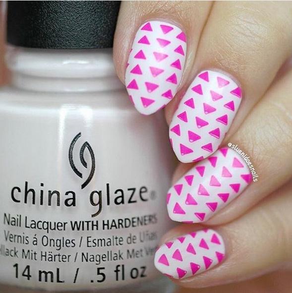 Розовые треугольнички на ногтях